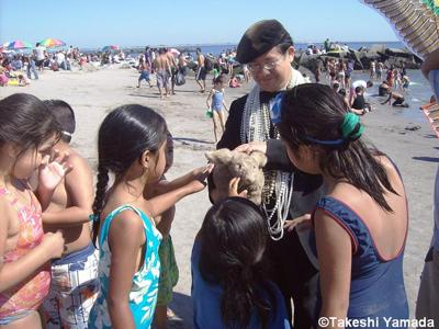 Seara (sea rabbit) getting attentions from children at Coney Island Beach (August 29, 2010)